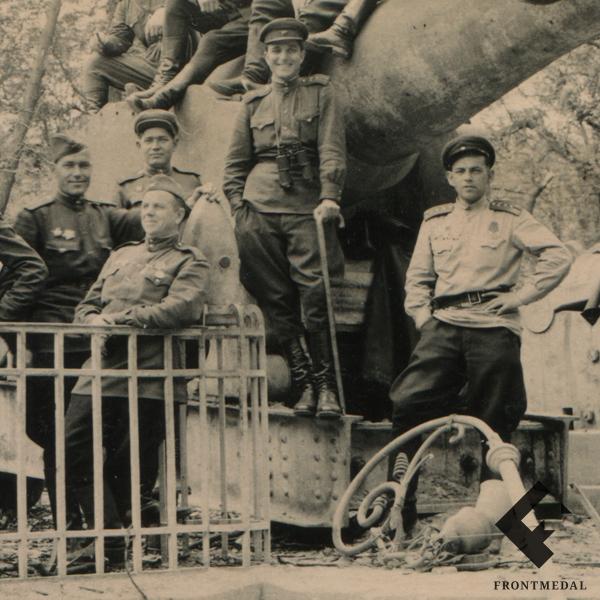 Советские военнослужащие на трофейных орудиях в парке музея