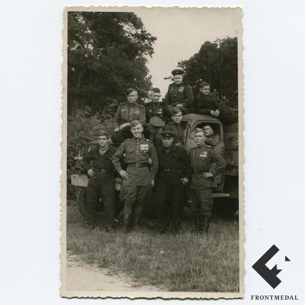 Групповой снимок советских военнослужащих верхом на грузовике