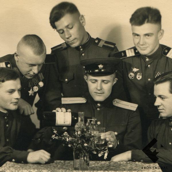 Военнослужащие за столом 1944 картинка
