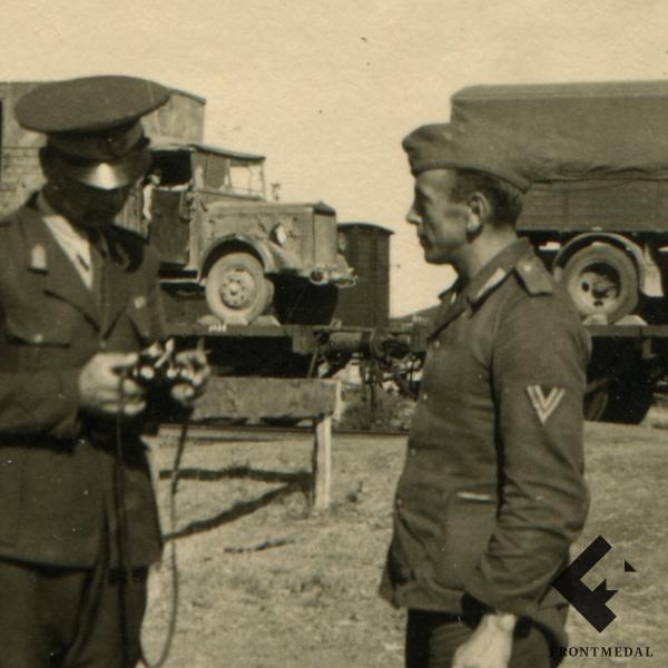 Военнослужащие на фоне эшелона с техникой картинка