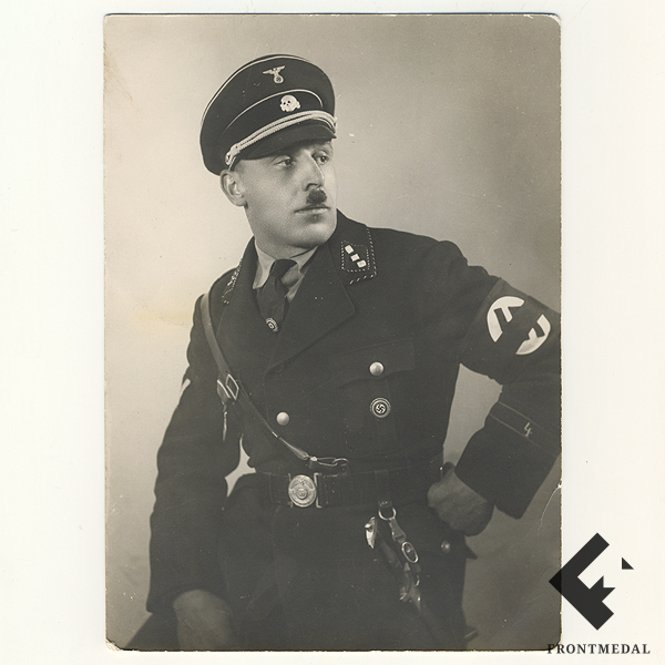 Фото Унтерштурмфюрер СС в черной форме с кинжалом