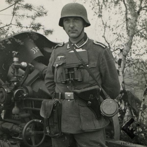 Фото колоритного фельдфебеля Вермахта на фоне орудия