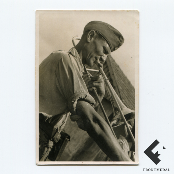 Военнослужащий Люфтваффе играет на трубе