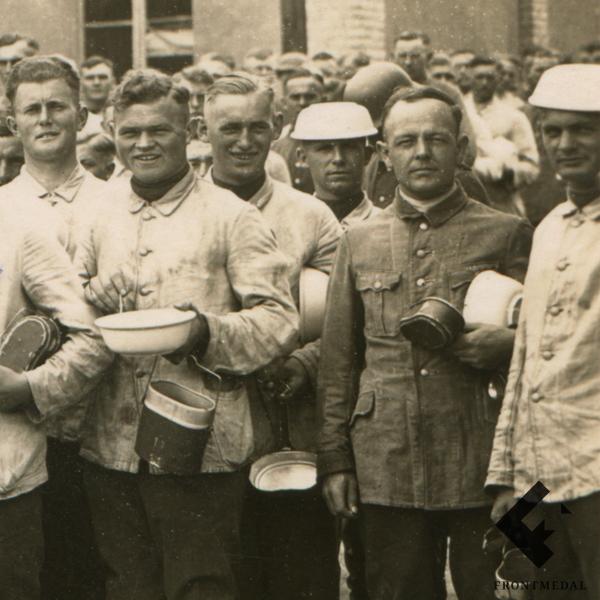Групповое фото военнослужащих перед приемом пищи