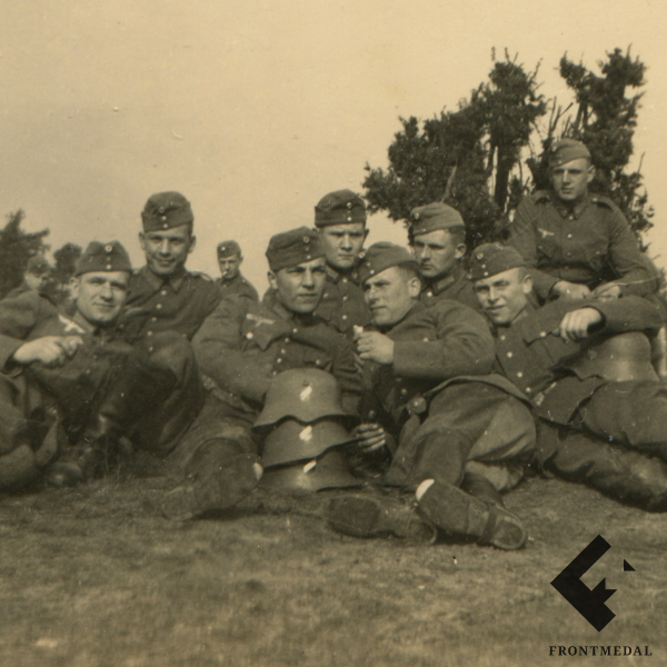 Военнослужащие Вермахта со стопкой стальных шлемов