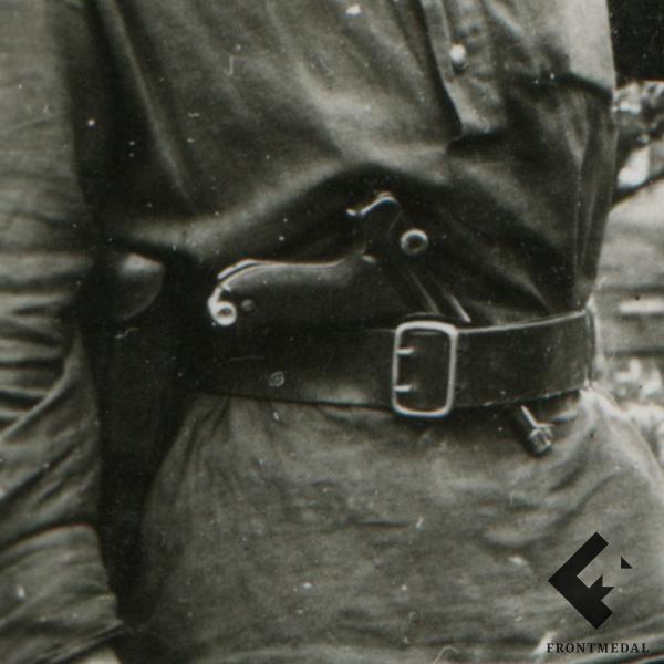 Два товарища с трофейным пистолетом Люгера (P08, luger)
