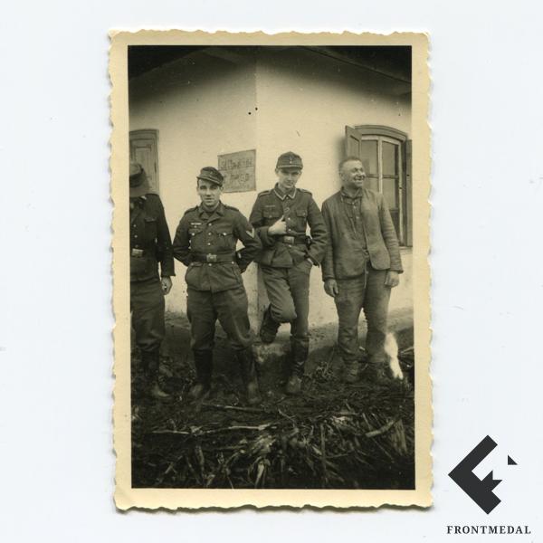 Военнослужащие дивизии Великая Германия и местный житель