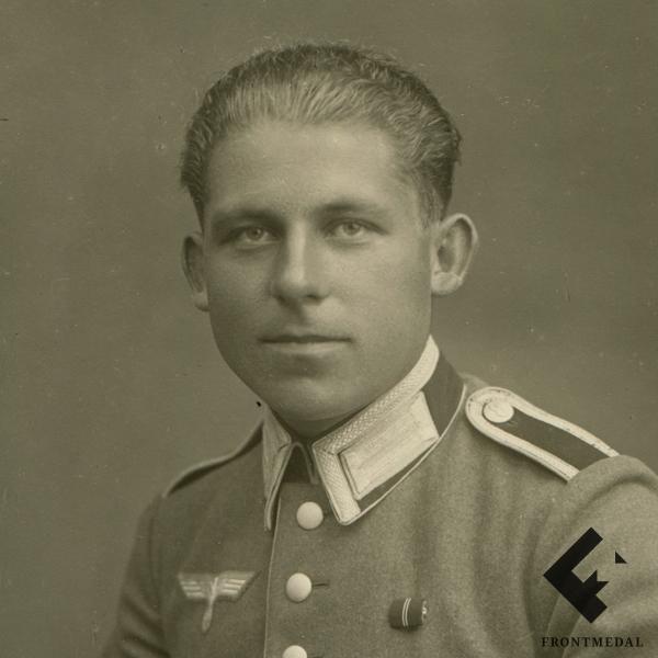 Студийное фото военнослужащего Вермахта в парадной униформе