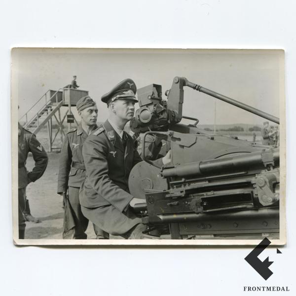 Капитан зенитных частей Люфтваффе за орудием