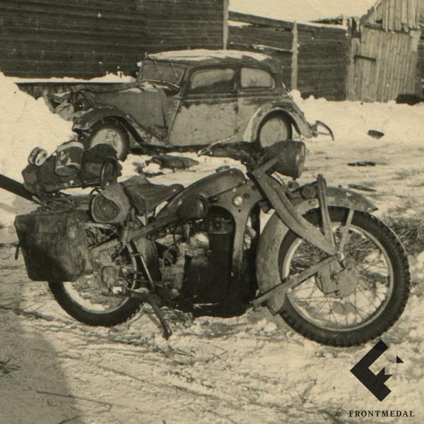 Немецкий мотоцикл зимой в русской деревне