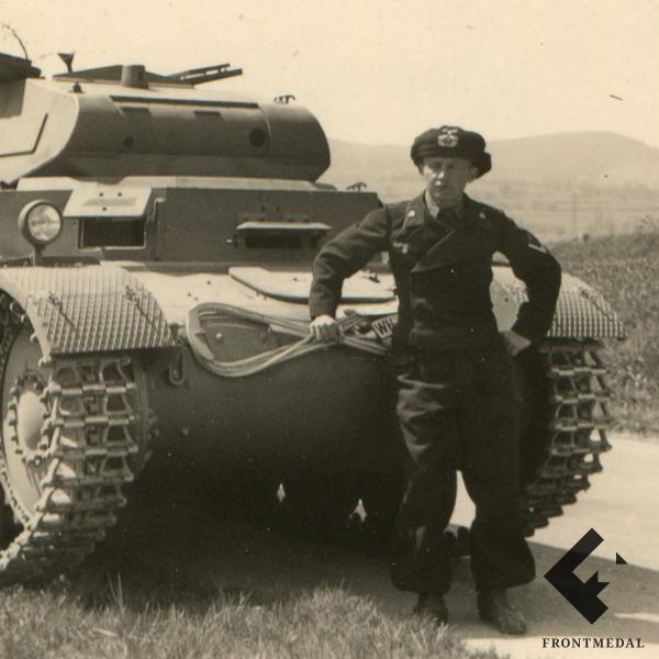 Фотография немецкого танка Т-2 с танкистом в берете