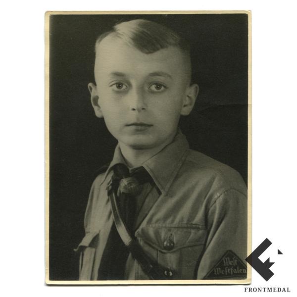 Фотопортрет юного члена организации Гитлерюгенд картинка