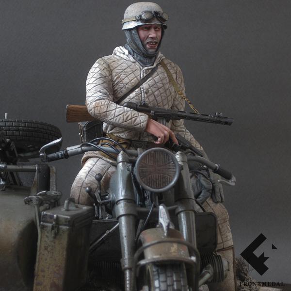 Немецкий десантник в разведрейде на мотоцикле BMW R-75