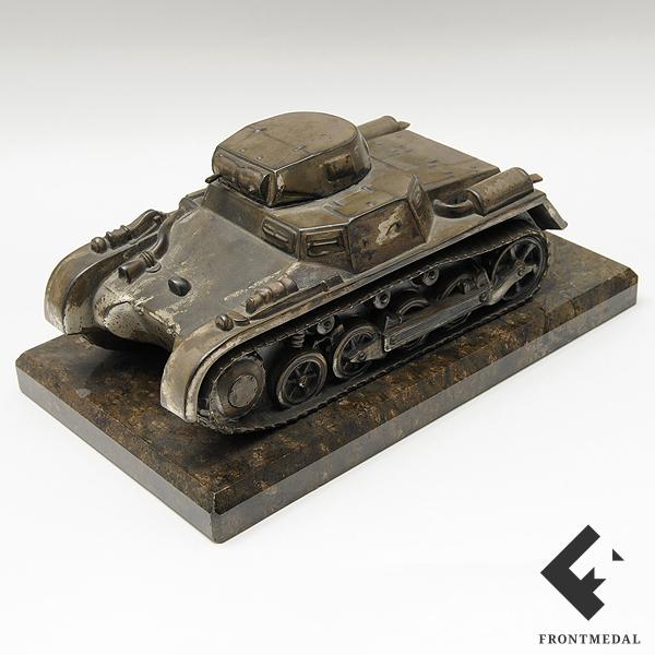Настольное украшение в виде модели танка Т-1 на подставке
